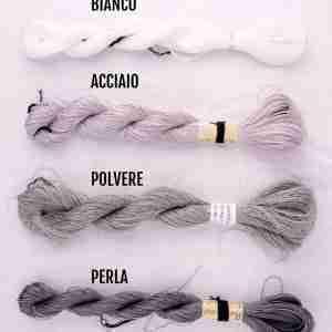 Filati color bianco, acciaio, polvere, perla